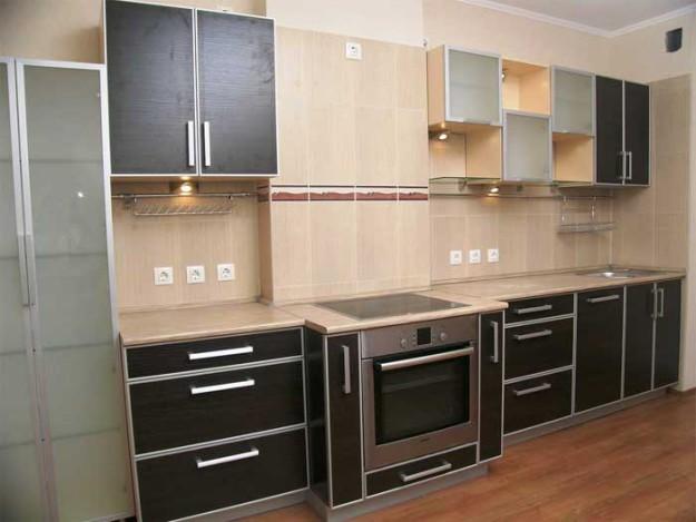 Кухня линейная с черным фасадом