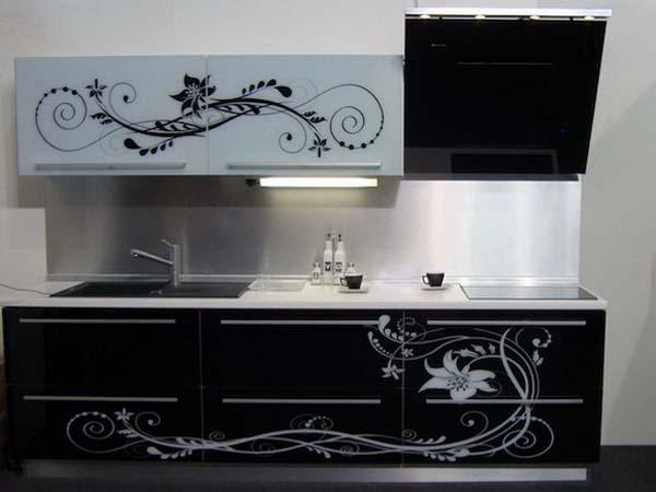 Кухня линейная с черно-белой аэрографией