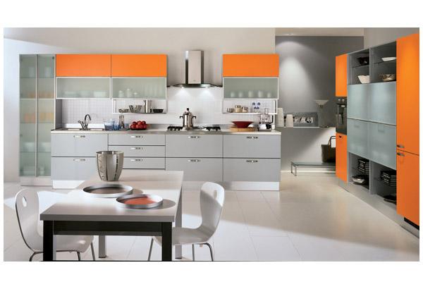 Кухня линейная с комбинированным фасадом