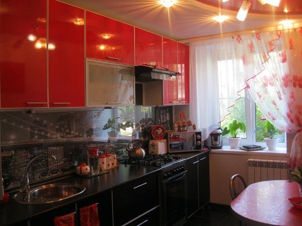 Кухня линейная с контрастным фасадом