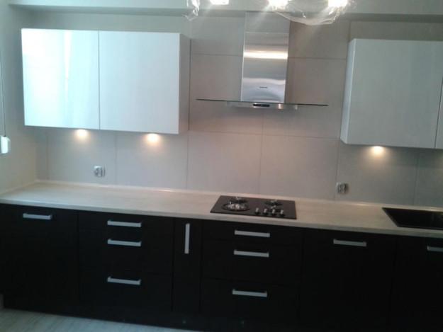 Кухня линейная с крашеными черно-белыми фасадами
