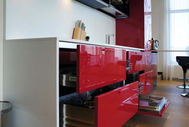 Кухня линейная с красными створками