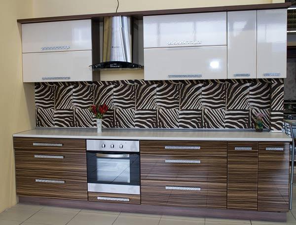 Кухня линейная с оригинальным ручками