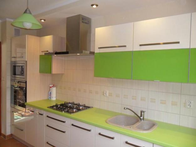 Кухня линейная с пленочными фасадами салатово-белая