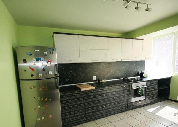 Кухня линейная с релинговой фурнитурой