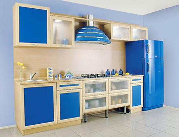 Кухня линейная с синими элементами