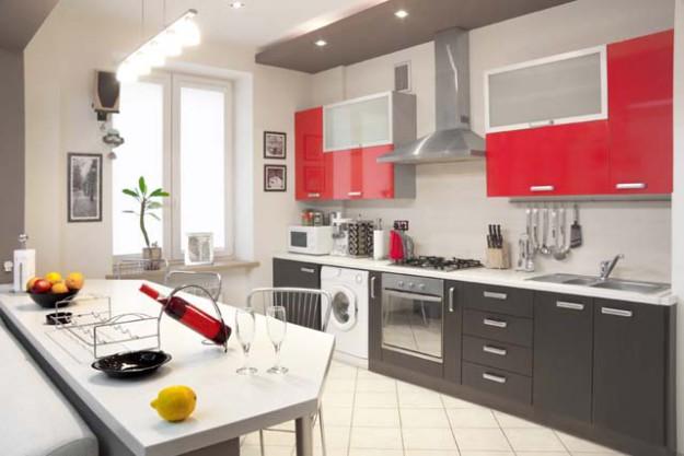 Кухня линейная с яркими фасадами
