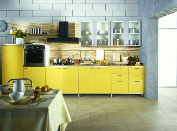 Кухня линейная с желтым фасадом