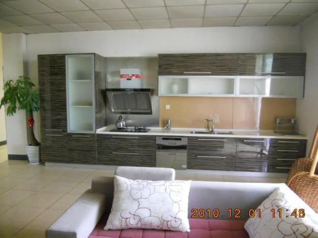 Кухня линейная со стеклянными вставками