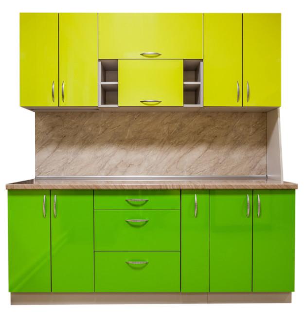 Кухня линейная в ярких зеленых оттенках