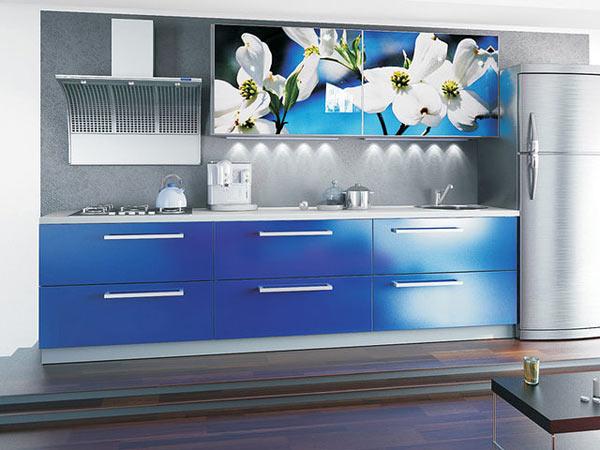 Кухня небесного цвета с фотопечатью