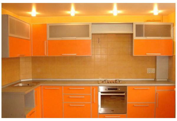 Кухня оранжевая со вставками из стекла