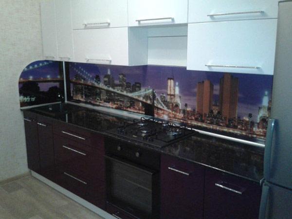 Кухня прямая цвета баклажан с фартуком