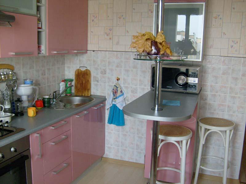 Дизайн маленькой угловой кухни с барной стойкой