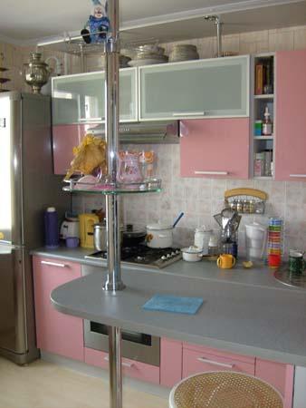 Кухня розовая с барной стойкой