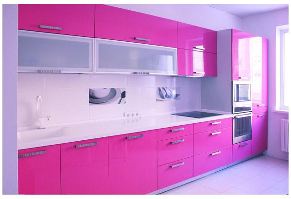 Кухня розовая с белой столешницей