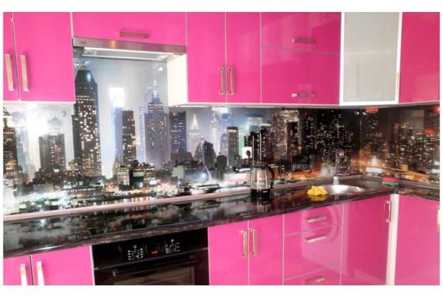 Кухня розовая с черной столешницей