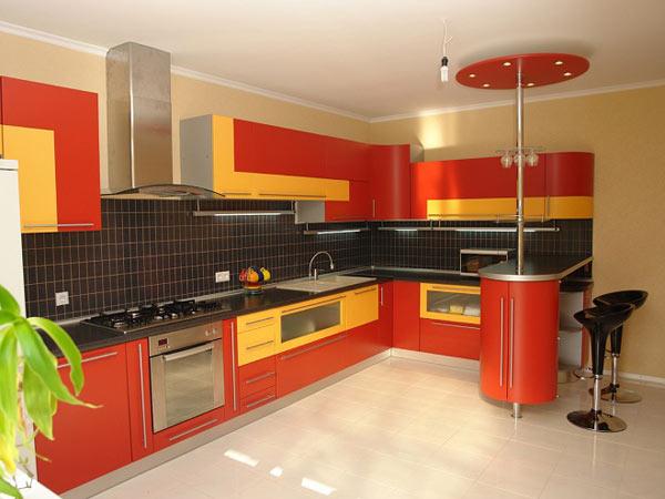 Кухня с барной стойкой двухцветная