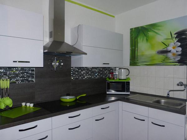 Кухня с белым фасадом