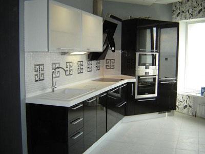 Кухня с черными глянцевыми фасадами
