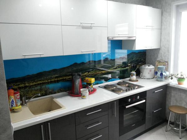 Кухня с двухцветным фасадом со скинали