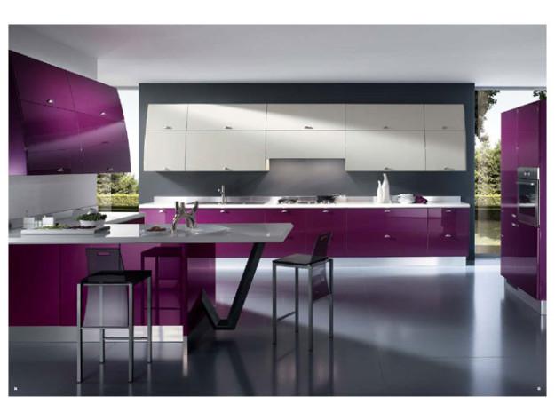 Кухня с фиолетовыми и белыми фасадами