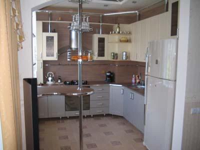 Кухня с хромированной барной стойкой