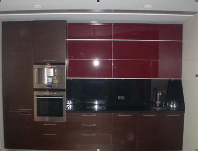 Кухня с красными стеклянными фасадами