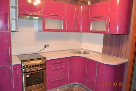 Кухня с малиновым фасадом