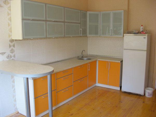 Кухня с оранжевыми и белыми фасадами