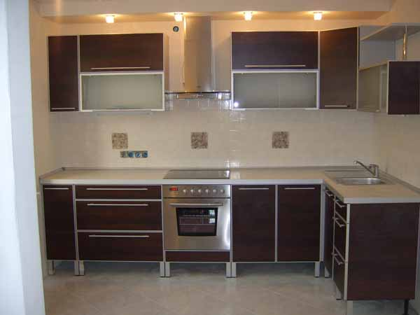 Кухня с приподнятыми нижними шкафами