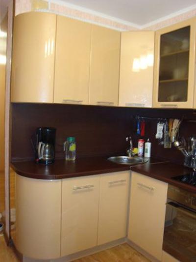 Кухня с радиусными фасадами цвета шоколад и молоко