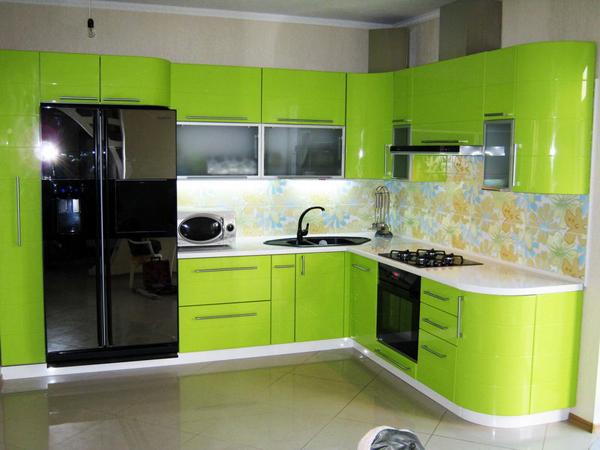 Кухня с радиусными фасадами салатового цвета