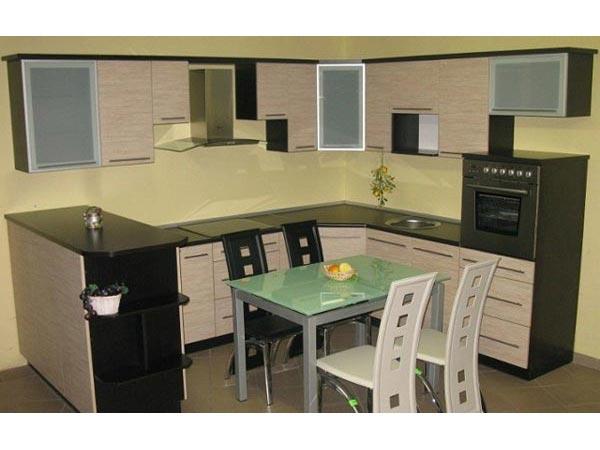 Кухня с серо-бежевым фасадом