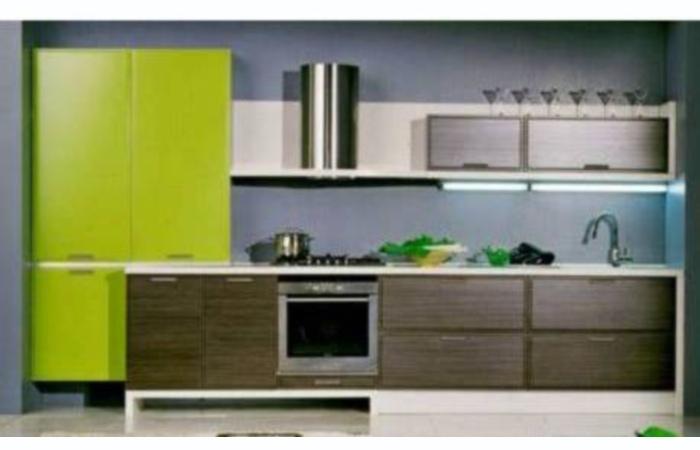 Кухня с яркой вставкой модель 2