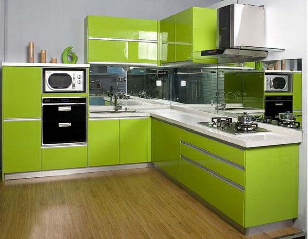 Кухня салатовая с зеркальным фартуком