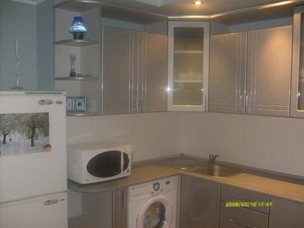 Кухня серебристого цвета угловая