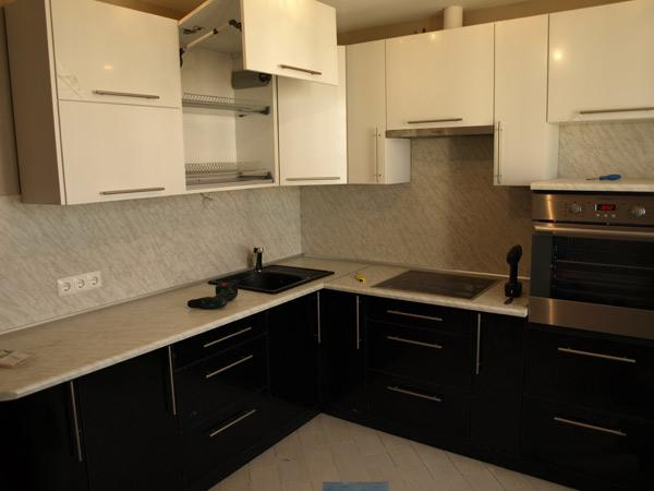 Кухня широкая черно-белая
