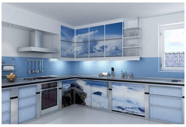 Кухня широкая с красочной фотопечатью