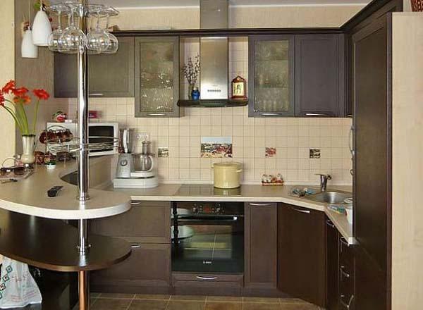 Кухня шоколадного цвета с барной стойкой