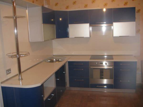 Кухня синяя с подставкой для бокалов