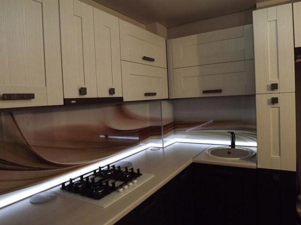 Кухня со стеклянным фартуком и подсветкой