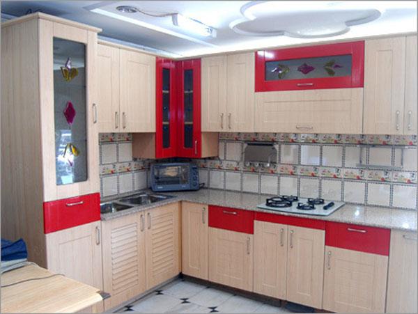 Кухня со вставками из цветного стекла