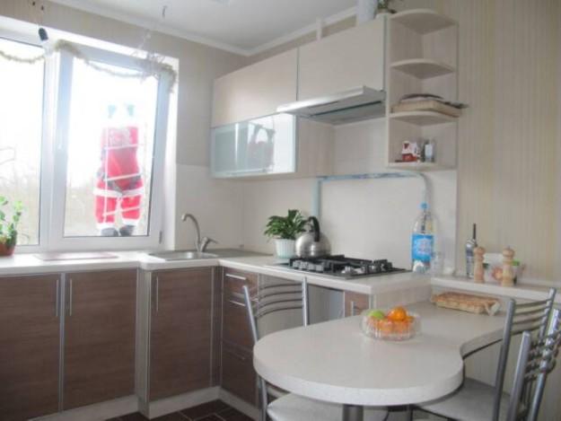 Кухня со встроенным столиком