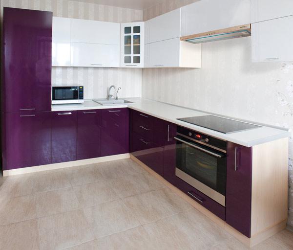 Кухня современная с двухцветным фасадом