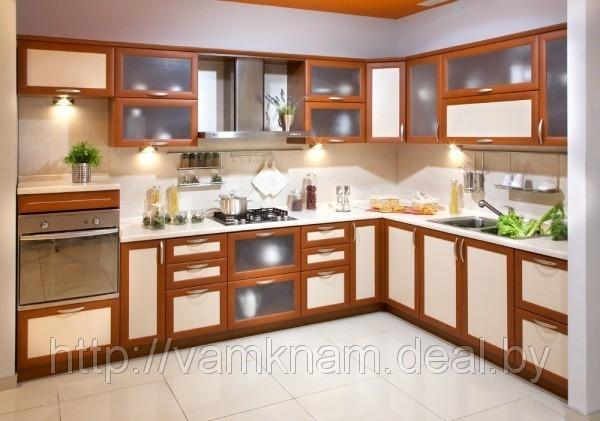 Кухня светлая в обрамлении цвета ореха