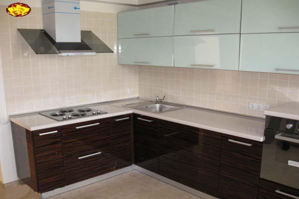 Как выбрать кухню без верхних навесных шкафов: фото