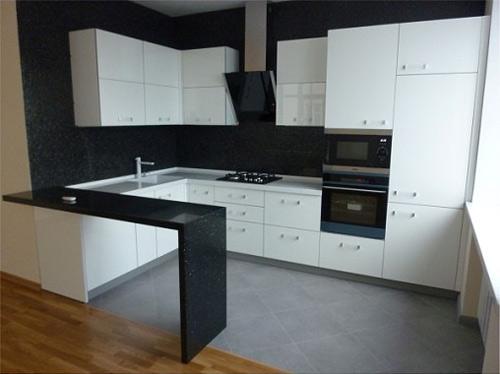 Кухня угловая белая с барной стойкой
