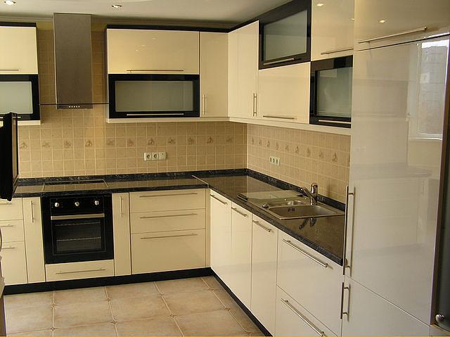 Кухня угловая белая с черными вставками