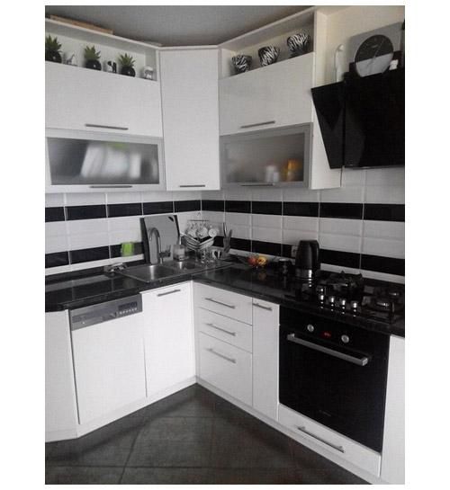 Кухня угловая белая с черной столешницей